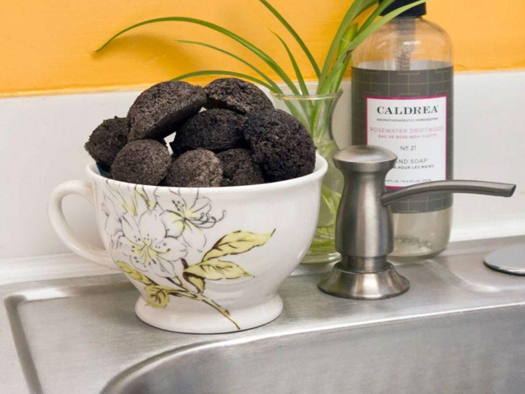 bã cà phê giúp khử mùi tanh ở bếp