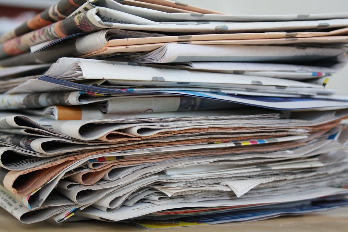 khử mùi quần áo bằng báo cũ