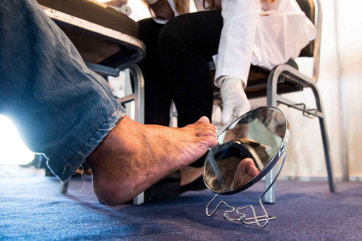 vệ sinh chân sai cách gây mùi khó chịu