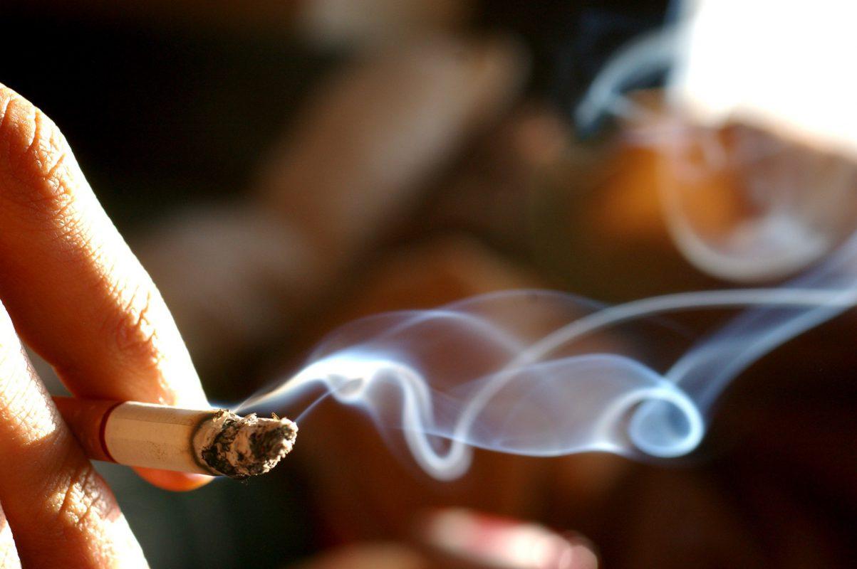 khói thuốc lá khiến phòng máy lạnh hôi