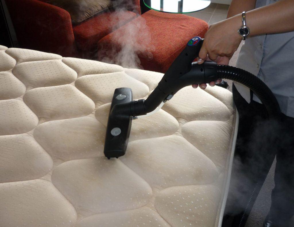 khử mùi cao su trên nệm bằng máy hút bụi nhanh chóng